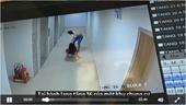 Clip người đàn ông túm tóc, dùng cán chổi đánh đập dã man 1 phụ nữ