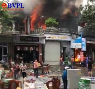 Thị trấn náo loạn vì ga ra ô tô cháy dữ dội lan sang nhiều nhà dân