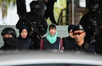 Đoàn Thị Hương tươi cười rời tòa sau khi được giảm án