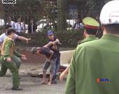 Nam thanh niên cầm dao tự cứa cổ mình ngay trên đường phố