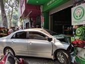 Nữ tài xế điều khiển xe ôtô lao thẳng vào nhà dân trên phố Hà Nội