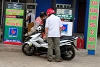 Phát hiện cửa hàng xăng dầu tại Hà Nội gian lận khi bán xăng cho khách hàng