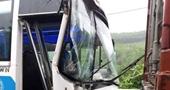 Tài xế container dìu xe khách chở học sinh bị mất phanh xuống dốc an toàn