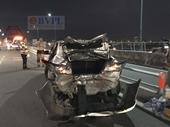 Môtô phân khối lớn phóng nhanh tông nát bét xe ô tô