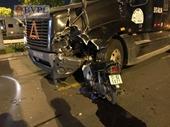 Xe máy đâm nát đầu container, một thanh niên chết thảm