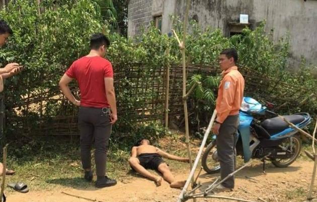 Lò Văn Biên (người nằm dưới đất) lúc bị bắt vừa ăn lá ngón t.ự t.ử.