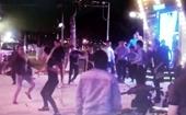 Tranh giành nữ nhân viên quán bar, hai nhóm thanh niên mang súng đi hỗn chiến