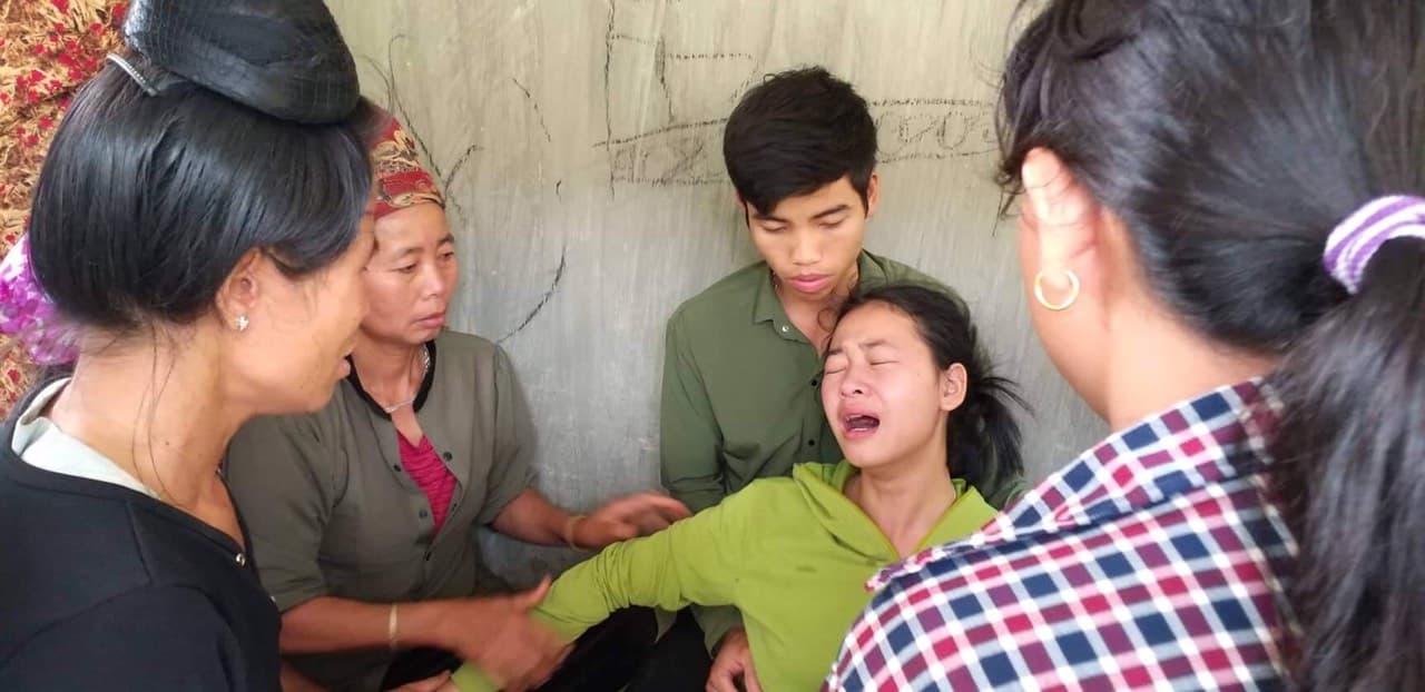 Con gái bà Hkhóc ngất khi nhận hung tin.