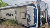 Xe chở 40 công nhân bị lật nhào lúc sáng sớm