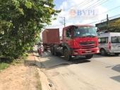 """Xe container vừa chạy vừa """"lắc lư"""" trên đường, cán chết người đi xe máy"""