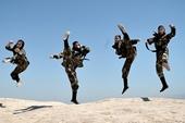 """Mãn nhãn cảnh nữ đặc nhiệm Iran luyện tập như """"Ngọa hổ tàng long"""" với cung tên, giáo mác ở 70 độ C"""