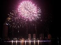 Mãn nhãn với màn trình diễn pháo hoa của đội chủ nhà Việt Nam bên bờ sông Hàn