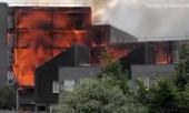 Khủng khiếp cảnh hỏa hoạn thiêu rụi tòa chung cư mới xây ở Anh