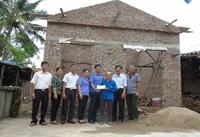 VKSND huyện Kim Thành thăm, tặng quà cụ bà có hoàn cảnh khó khăn