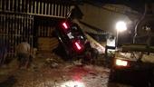Ô tô đâm sập 3 nhà dân, 1 người chết, 2 người bị thương