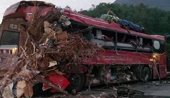 Khoảnh khắc xe tải chở phế liệu tông nát xe chở khách ở Hòa Bình