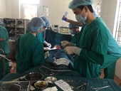 Đang phẫu thuật bệnh nhân thủng ruột nguy kịch thì mất điện