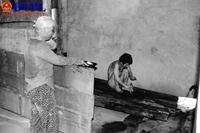 Tột cùng bất hạnh Mẹ già hàng chục năm phải xích 2 người con bị điên loạn
