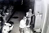 Người đàn ông và phút sinh tử cứu con trai khỏi 4 tên cướp bịt mặt có súng