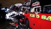 NÓNG Xe khách đấu đầu xe tải, 2 tài xế tử nạn, hàng chục người bị thương