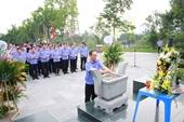 Dâng hương tưởng nhớ đồng chí Hoàng Quốc Việt