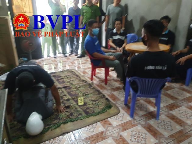 Phạm Văn Dũng diễn lại hành vi tội ác tại buổi thực nghiệm điều tra.