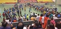 Nhà thi đấu nóng rực với hàng ngàn người xem và cổ vũ các trận thi đấu