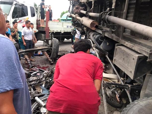 Nhiều người và phương tiện bị xe tải đ.è n.át.Ảnh Phạm Đạt (vov giao thông)