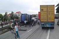 NÓNG Xe tải lật đè chết nhiều người đang đứng xem hiện trường tai nạn ở Hải Dương