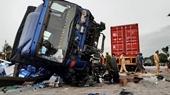 Khoảnh khắc xe tải đâm đoàn người đang chờ sang đường ở quốc lộ 5