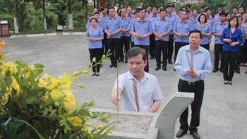 Đoàn đại biểu VKSND tối cao dâng hương tưởng nhớ đồng chí Hoàng Quốc Việt