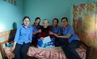 Công đoàn VKSND huyện Cư M gar thăm hỏi, tặng quà Mẹ Việt Nam anh hùng