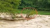 Khoảnh khắc người đàn ông mắc kẹt giữa dòng nước lũ cuồn cuộn