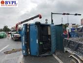 Giao thông ùn tắc nghiêm trọng do xe ben lật nhào giữa đại lộ Phạm Văn Đồng