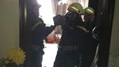 Giải cứu một cụ già và bé trai 8 tháng tuổi bị kẹt trong thang máy