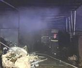 Cháy lớn vựa phế liệu và quán cà phê, nhiều người thoát chết