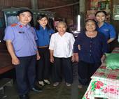 Chi đoàn VKSND tỉnh Vĩnh Long tặng quà cho các gia đình có hoàn cảnh khó khăn