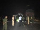Xe khách và container va chạm trong đêm, 16 người nhập viện