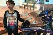 Ngỡ ngàng cậu bé 13 tuổi tự lái xe gần 300km từ Kon Tum qua Đắk Lắk