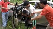 Dùng súng AK cướp xe ô tô taxi