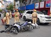 Xe Mercedes tông liên hoàn 4 xe máy, 1 ô tô trên phố