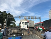 Kinh hoàng xe container đại náo trên cầu vượt Sóng Thần