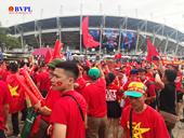 """Cổ động viên Việt Nam đội mưa """"nhuộm đỏ"""" sân Thamasat"""