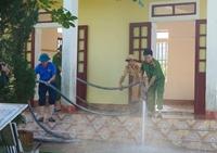 Xúc động hình ảnh cán bộ Công an Hà Tĩnh giúp các trường học khắc phục hậu quả lũ lụt