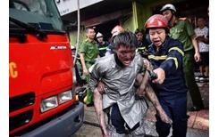 Cảm động hình ảnh chiến sỹ Cảnh sát PCCC cứu người trong biển lửa