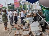 2 xe hạng sang tông nhau rồi đâm sập tường nhà dân