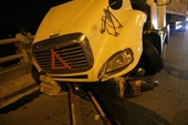 Phút kinh hoàng xe container tông văng hàng loạt xe máy trên cầu Thanh Trì