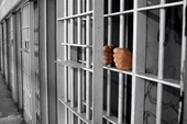 """Cán bộ quản giáo """"quên"""" khóa cửa buồng giam, nữ phạm nhân trốn trại"""