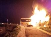 Xe khách hàng tỷ đồng bốc cháy trên Quốc lộ, 2 xe ô tô biến dạng sau cú tông mạnh