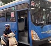 Phẫn nộ clip tài xế xe buýt bấm còi inh ỏi, nhổ nước bọt người đi đường